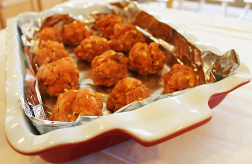 2. The best way to reheat meatballs WITHOUT sauce. If you don't plan to serve the meatballs with sauce or gravy, reheat them in the oven at °F. Place the meatballs in a single layer on a baking sheet or in a baking dish, then cover them with foil to prevent drying, and heat until warmed through.