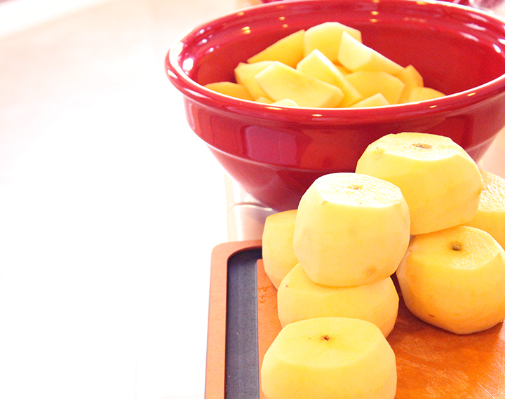 De-skinned apples How to Make Easier-to-Digest Homemade, Slow-Cooked Applesauce www.agutsygirl.com