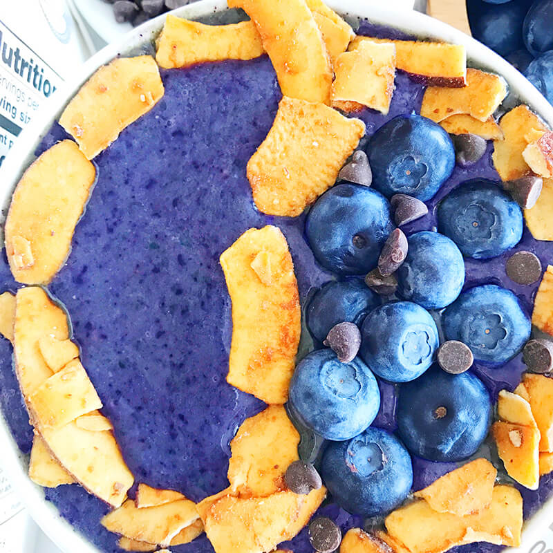 January 2018 Catch Up Over Bone Broth sarahkayhoffman.com Smoothie bowl Elmhurst1925 and Made in Nature Coconut Chips blueberries