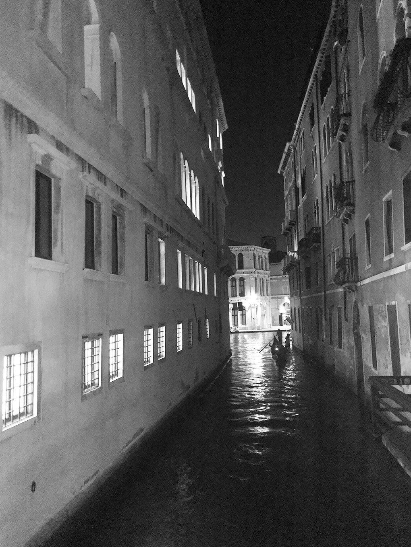 Foundation www.sarahkayhoffman.com Venice at night #italy #travel #lifestyleblogger #newhouse