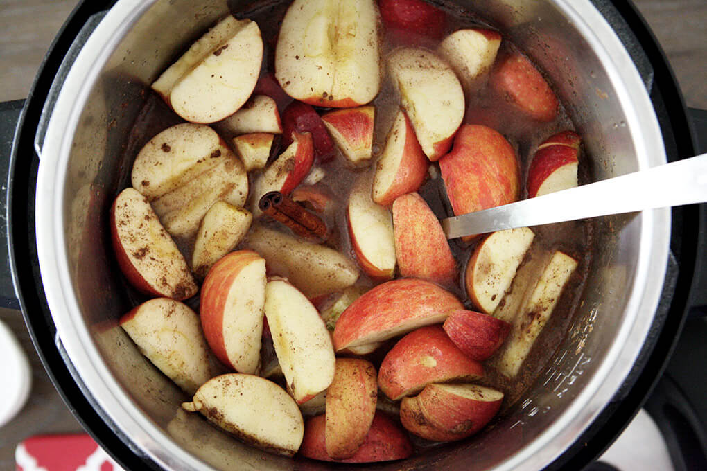 How to Make Instant Pot Apple Cider www.sarahkayhoffman.com with water #applecider #instantpot #instantpotrecipes #healthyliving #dairyfree